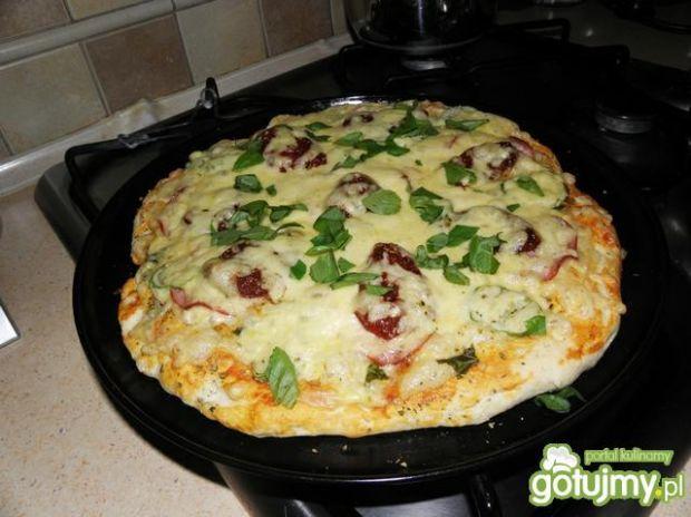 Pizza na cieście od calzone.