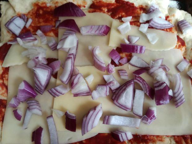 Pizza na grubym cieście z chorizo