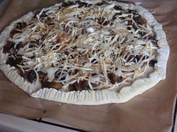 Pizza na ziemniaczanym spodzie.