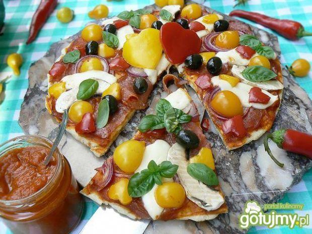 Pizza od serca orkiszowa z domowym sosem