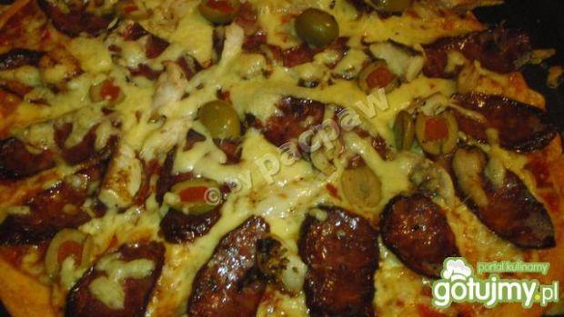 Pizza oliwowa z kiełbasą z dzika