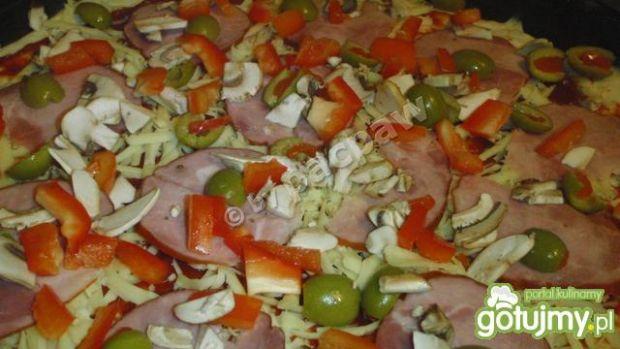 Pizza oliwowa z żywiecką, papryką