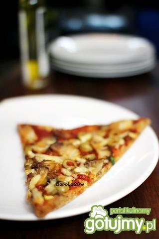 Pizza pełnoziarnista z oliwkami i mięsem