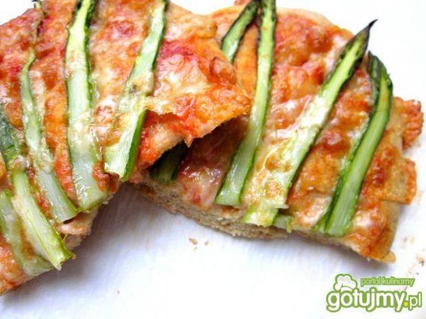 Pizza razowa ze szparagami