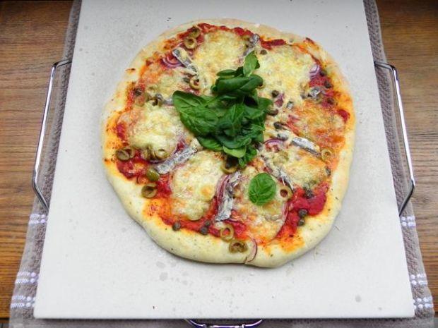 Pizza z anchois, oliwkami i kaparami