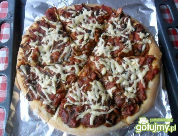 Pizza z baleronem i pieczarkami