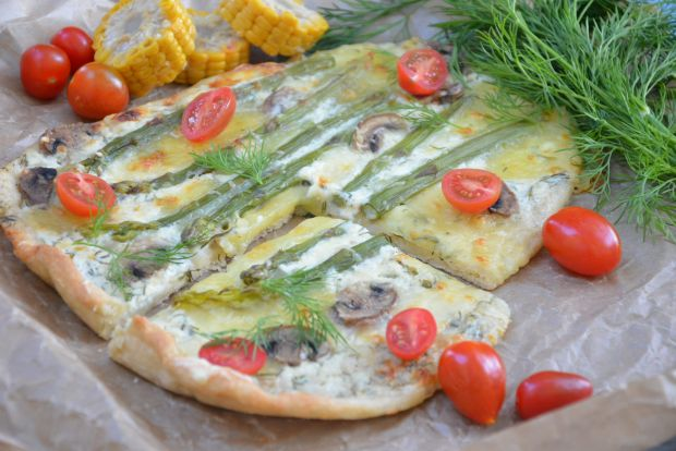 Pizza z białym sosem i szparagami