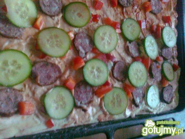 Pizza z białym sosem ogórkiem i kiełbasą