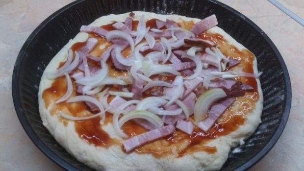Pizza z boczkiem, cebulą i serem
