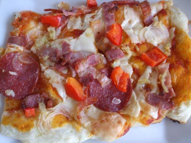 Pizza z boczkiem i salami
