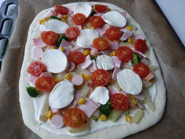 Pizza z brokułem i kalarepą