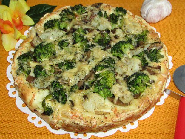 Pizza z brokułem, rybą, pieczarkami i koperkiem