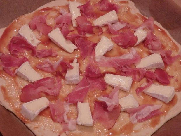 Pizza z camembertem i szynką dojrzewającą