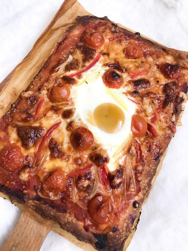 Pizza z cebulą, jajkiem i papryką czerwoną