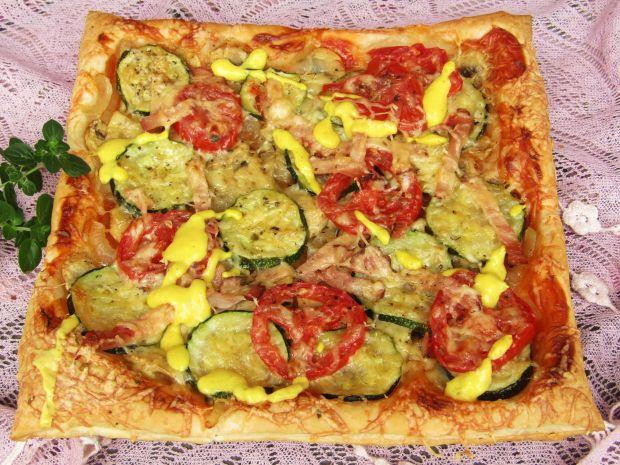 Pizza z cukinią i pomidorem na cieście francuskim