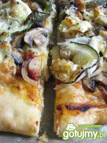 Pizza z cukinią i wędzoną makrelą