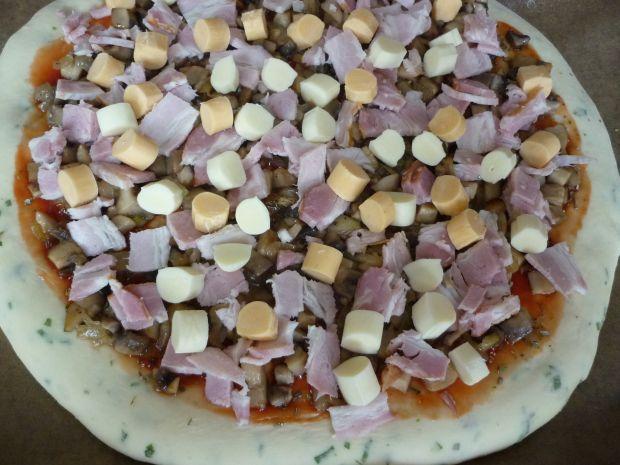 Pizza z czosnkiem niedźwiedzim