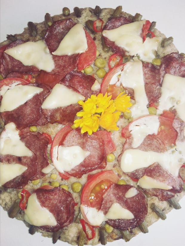 Pizza z fasolką szparagową, salami i serem.