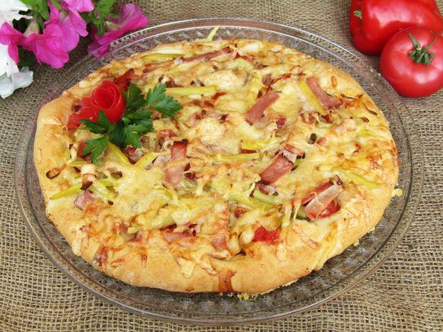 Pizza z fasolką, szynką i ogórkiem