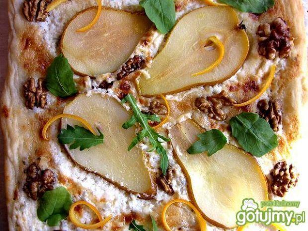 Pizza z gruszką, gorgonzolą i orzechami