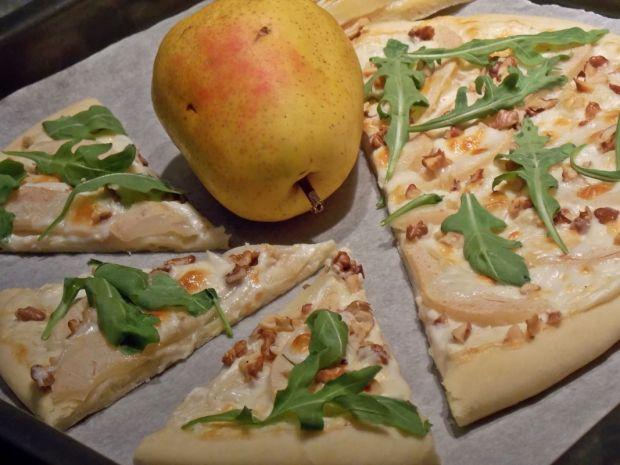 Pizza z gruszką i kozim serem