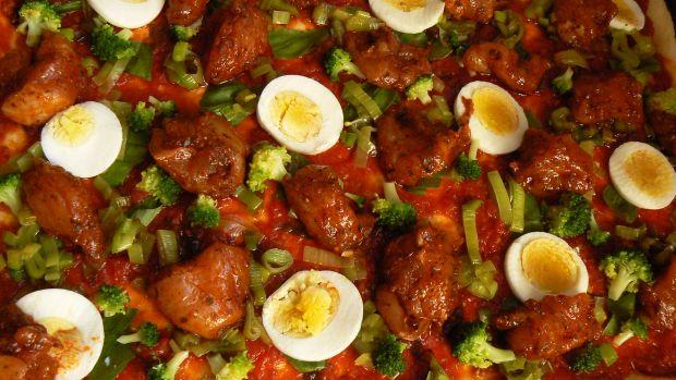 Pizza z jajkiem i kurczakiem