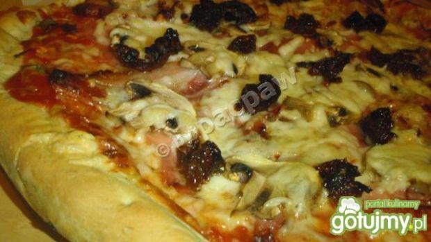 Pizza z kaparami, boczkiem i ogonówką