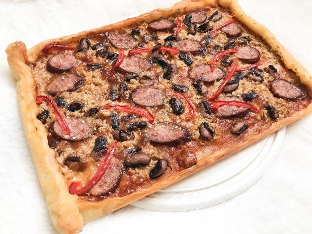 Pizza z kiełbasą, fasolą, tuńczykiem i papryką