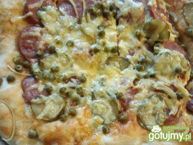 Pizza z kiełbasą i groszkiem