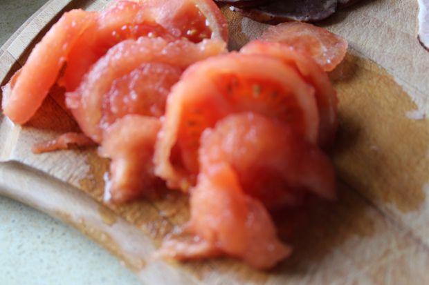 Pizza z kiełbasą i pomidorami
