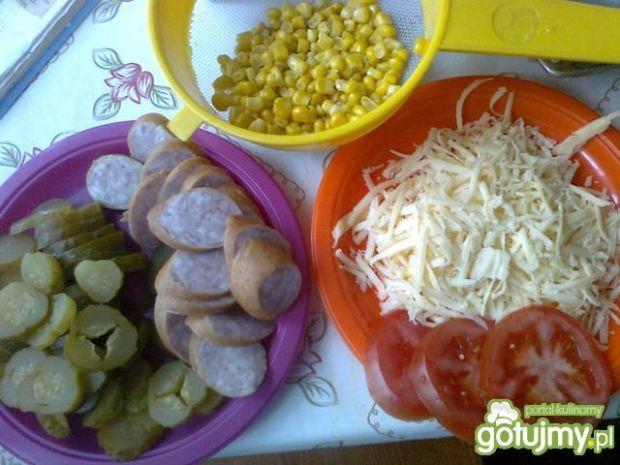 Pizza z kukurydzą i kiełbasą