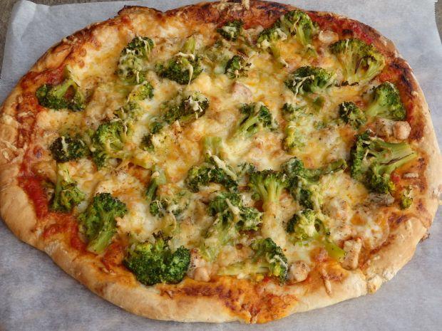 Pizza z kurczakiem i brokułem