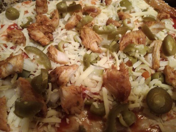 Pizza z kurczakiem i papryczkami jalapeno