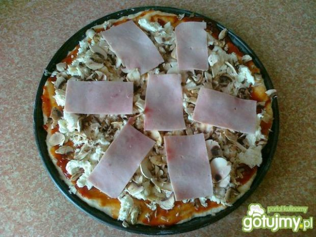 Pizza z mozzarellą i pieczarkami