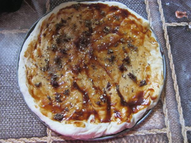 Pizza z mozzarellą i pomidorami