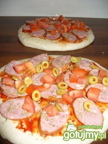 Pizza z oliwkami i kiełbaską