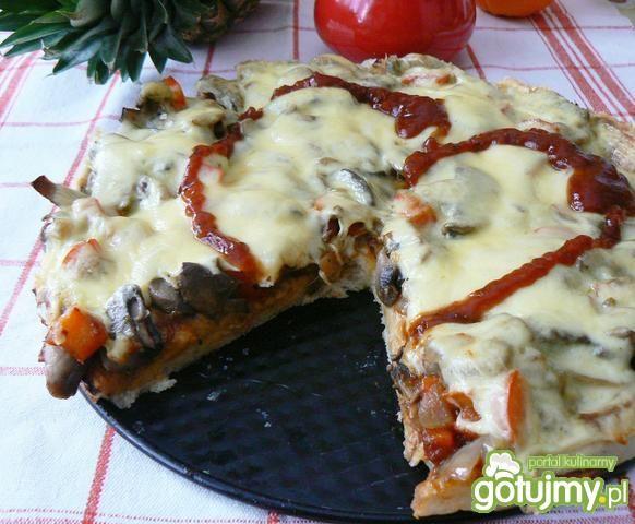 Pizza z papryką i pieczarkami