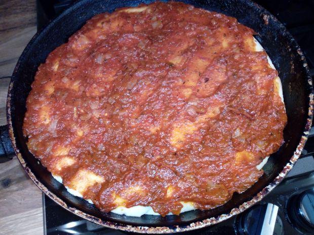 Pizza z patelni z pomidorami