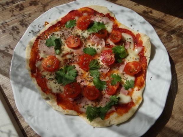 Pizza z patelni ze świeżą kolendrą