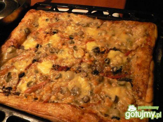 Pizza z pieczarkami i czarnymi oliwkami