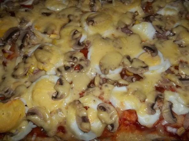 Pizza z pieczarkami i jajkiem