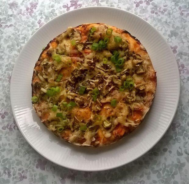 Pizza z pieczarkami i ogórkami konserwowymi