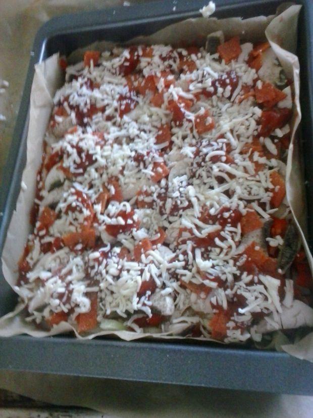 Pizza z pieczarkami, salami, papryką, żółtym serem