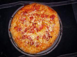 Pizza z pomidorami i żółtym serem