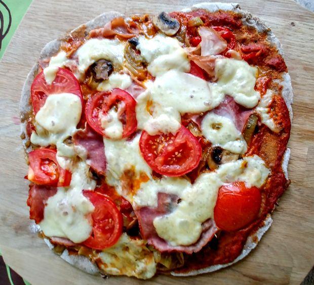 Pizza z pomidorami, papryką, cebulą, pieczarkami