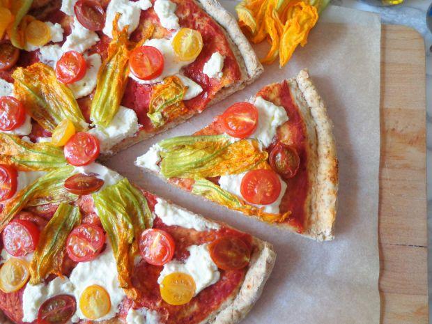 Pizza z pomidorkami, kwiatami cukinii i ricottą