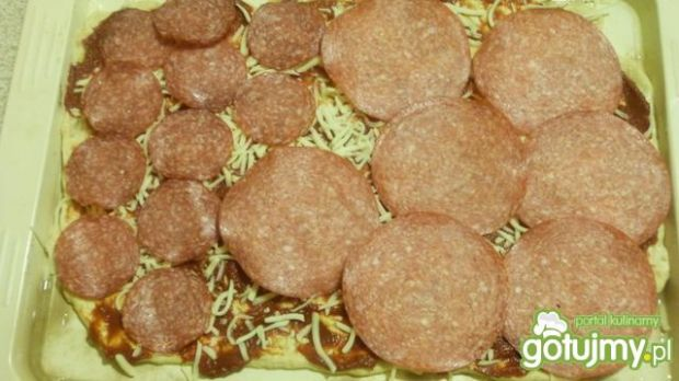 Pizza z salami 5