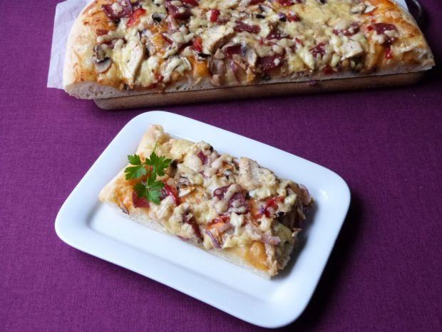 Pizza z salami i mięsem z kurczaka