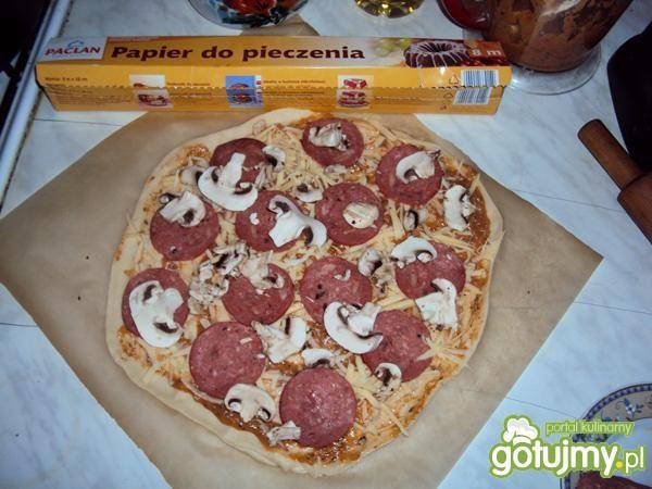 Pizza z salami i pieczarkami.