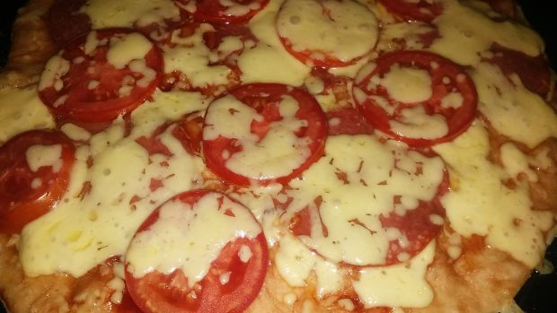 Pizza z salami, pomidorem i serem